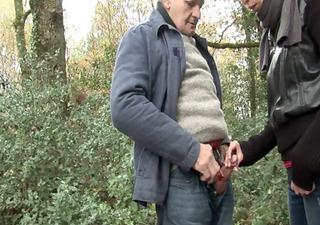papy avec jeune pair dans la foret - anal