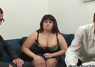 chubby lady is invited to photosession then