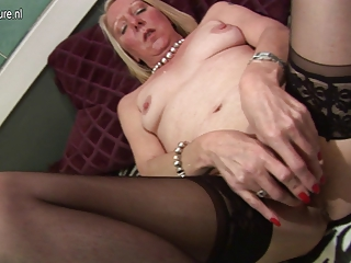 older housewife playing with her old cum-hole